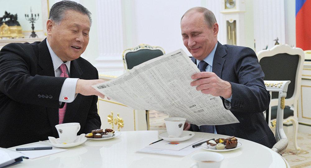 El presidente ruso, Vladímir Putin, y el enviado especial del primer ministro japonés, Yoshiro Mori, durante una reunión en el Kremlin