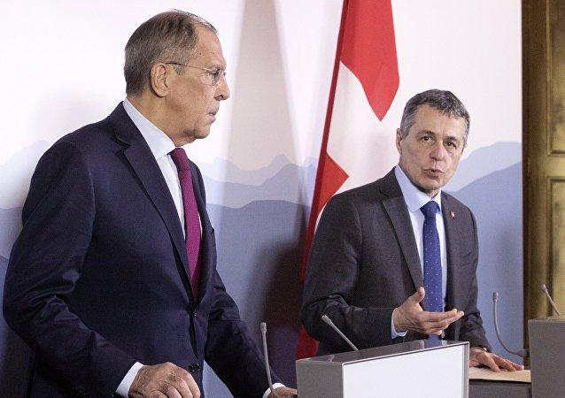 El canciller ruso, Serguéi Lavrov, con su homólogo suizo, Ignazio Cassis