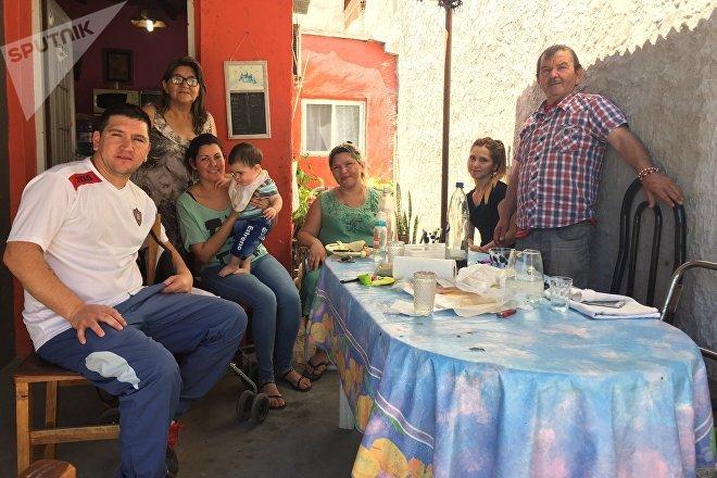 Eliana Silva almuerza junto a su familia