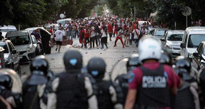 Hinchas de River Plate se enfrentan con la policía antidisturbios el día del partido de vuelta de la Copa Libertadores de América