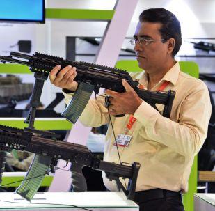 Exposición de armas en la feria internacional de defensa IDEAS 2018