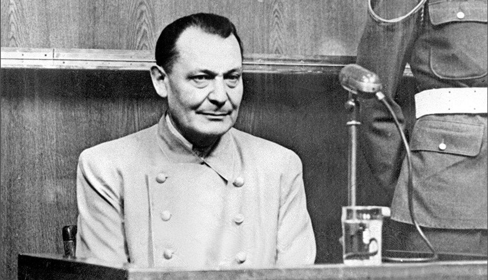 Hermann Göring, político y líder militar alemán, condenado por crímenes de guerra y crímenes contra la humanidad. Fue sentenciado a morir en la horca, pero se suicidó la noche anterior a su ejecución con la ingesta de una cápsula de cianuro.