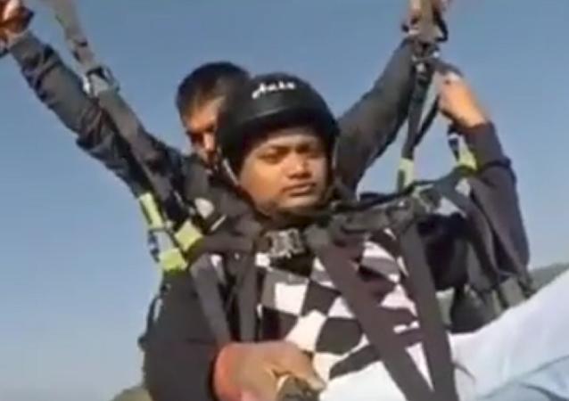 Fuertes imágenes: un instructor de parapente sacrifica su vida para salvar a un turista