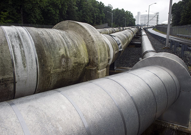 Tuberías que trasladan el gas natural licuado a una cisterna