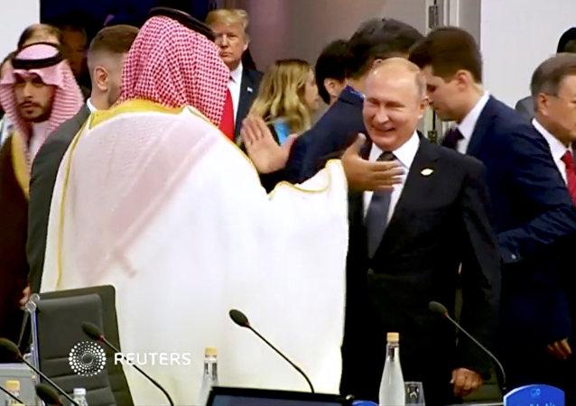 El príncipe heredero de Arabia Saudí, Mohammed bin Salman, saluda al presidente de Rusia, Vladímir Putin