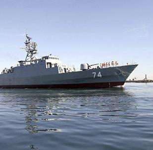 El destructor iraní Sahand navega en aguas del Golfo Pérsico (archivo)