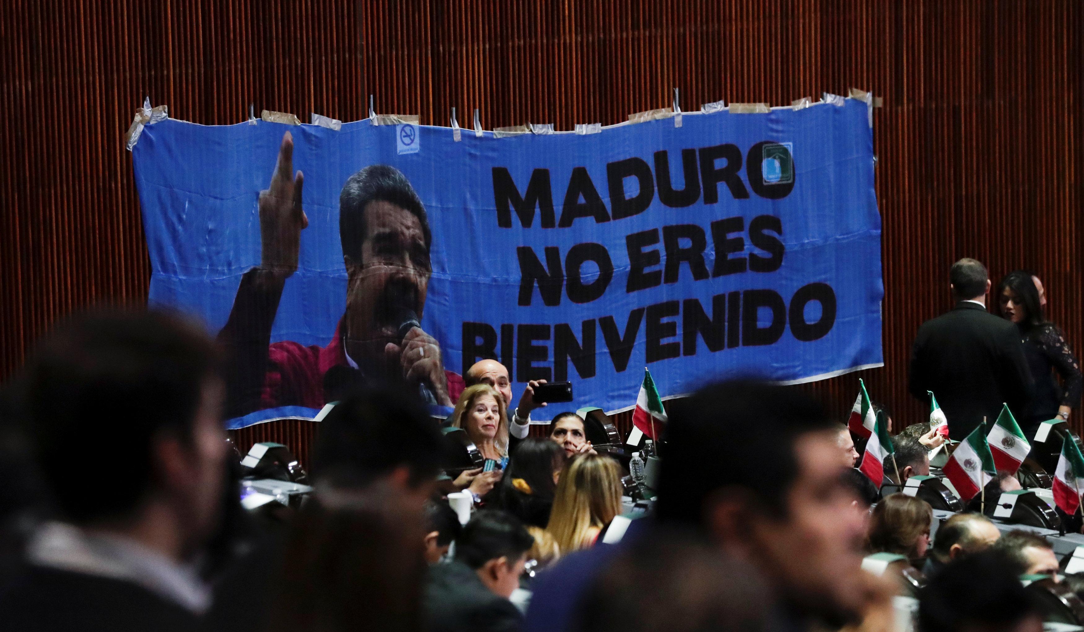 Pancarta con las palabras Maduro no eres bienvenido, colgada durante la ceremonia de toma de posesión de AMLO, 1 de diciembre de 2018