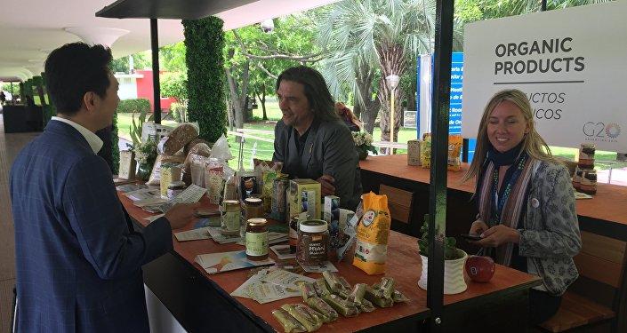 Los productores locales muestran sus alimentos
