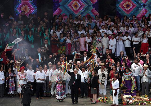 López Obrador recibe bastón de mando de pueblos indígenas de México