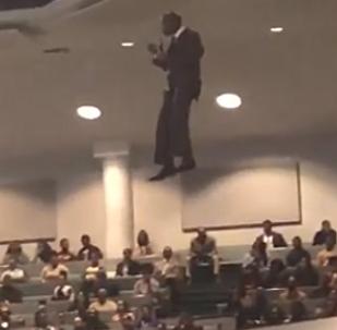 ¿Un milagro? Un pastor entra volando a la iglesia y se hace viral (vídeos)