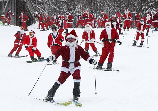 Más de 200 personas disfrazadas de Papá Noel se reunieron para practicar esquí y snowboard en Newry, EEUU