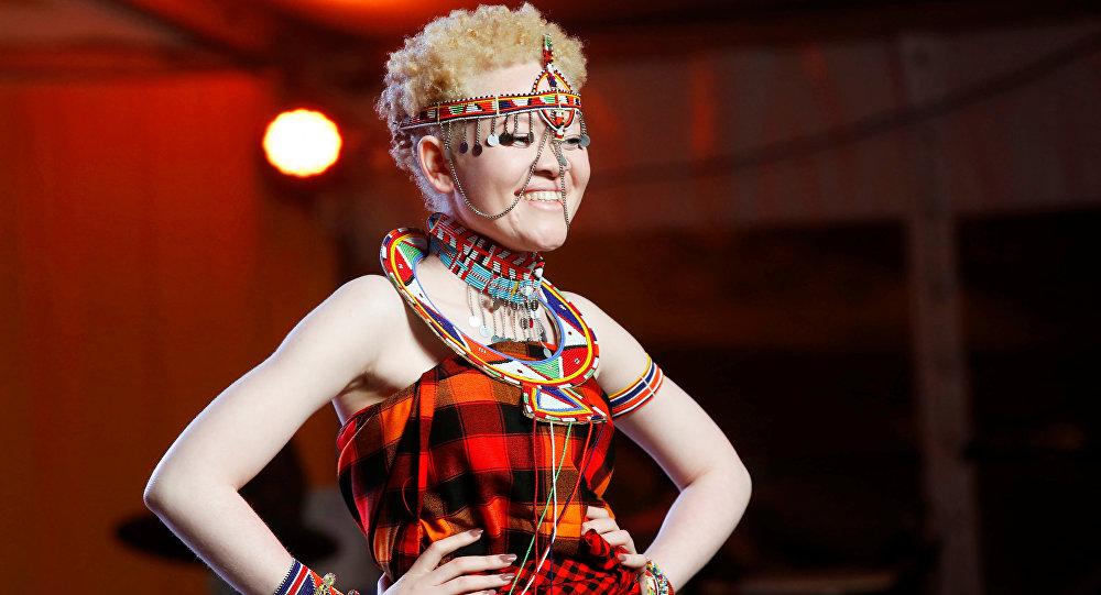 Una participante del concurso de belleza Miss y Míster Albinismo de África Oriental
