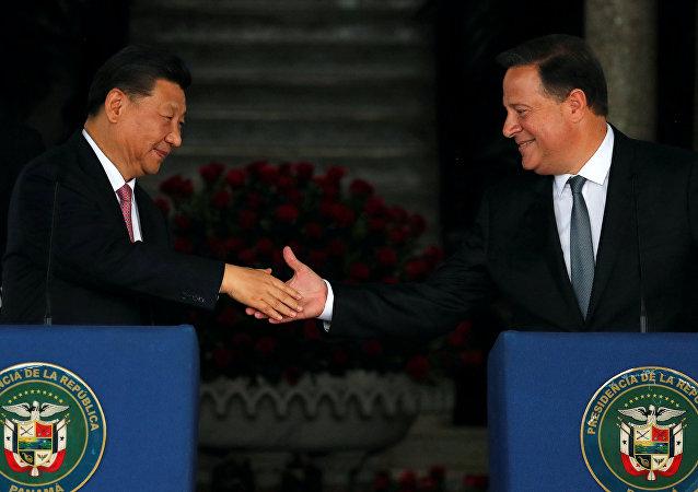 El presidente de China, Xi Jinping y su homólogo de Panamá, Juan Carlos Varela