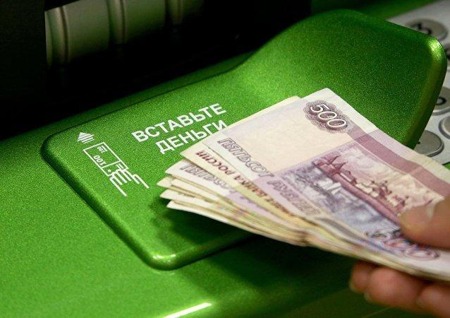 Rublos rusos y un cajero automático (imagen referencial)