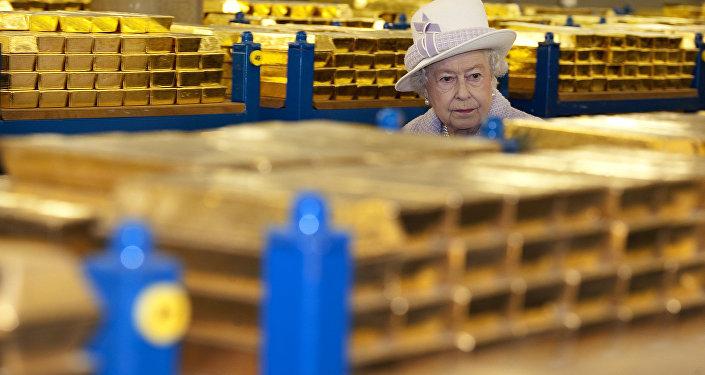 Isabel II del Reino Unido visita la reservas de oro del Banco de Inglaterra en 2012