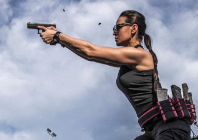 La Lara Croft de Kazajistán impresiona con sus habilidades con las armas