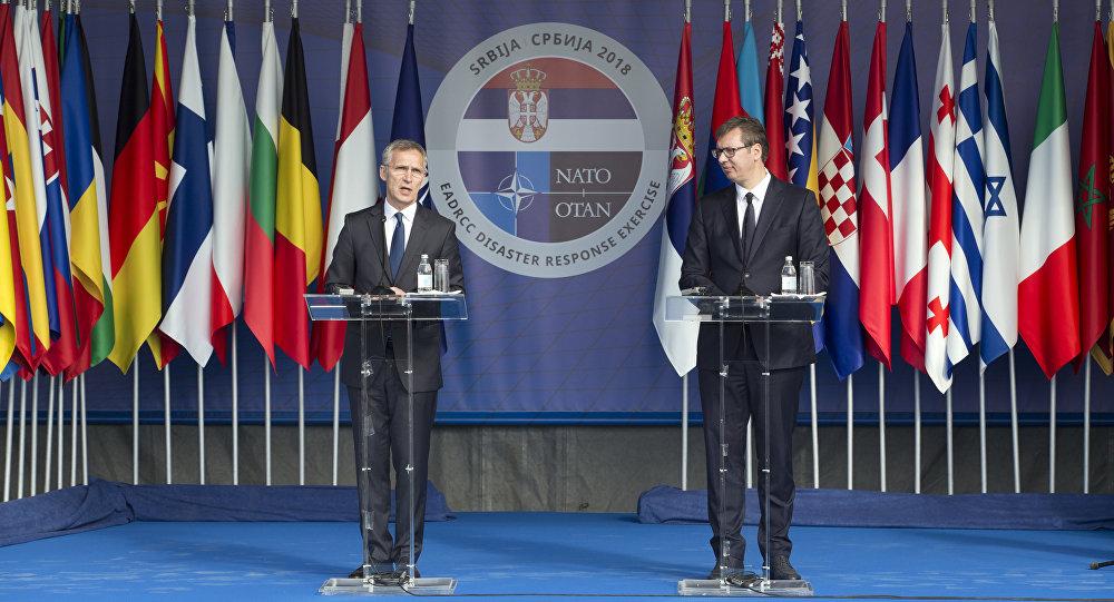 Secretario general de la OTAN, Jens Stoltenberg, y presidente de Serbia, Aleksandar Vucic