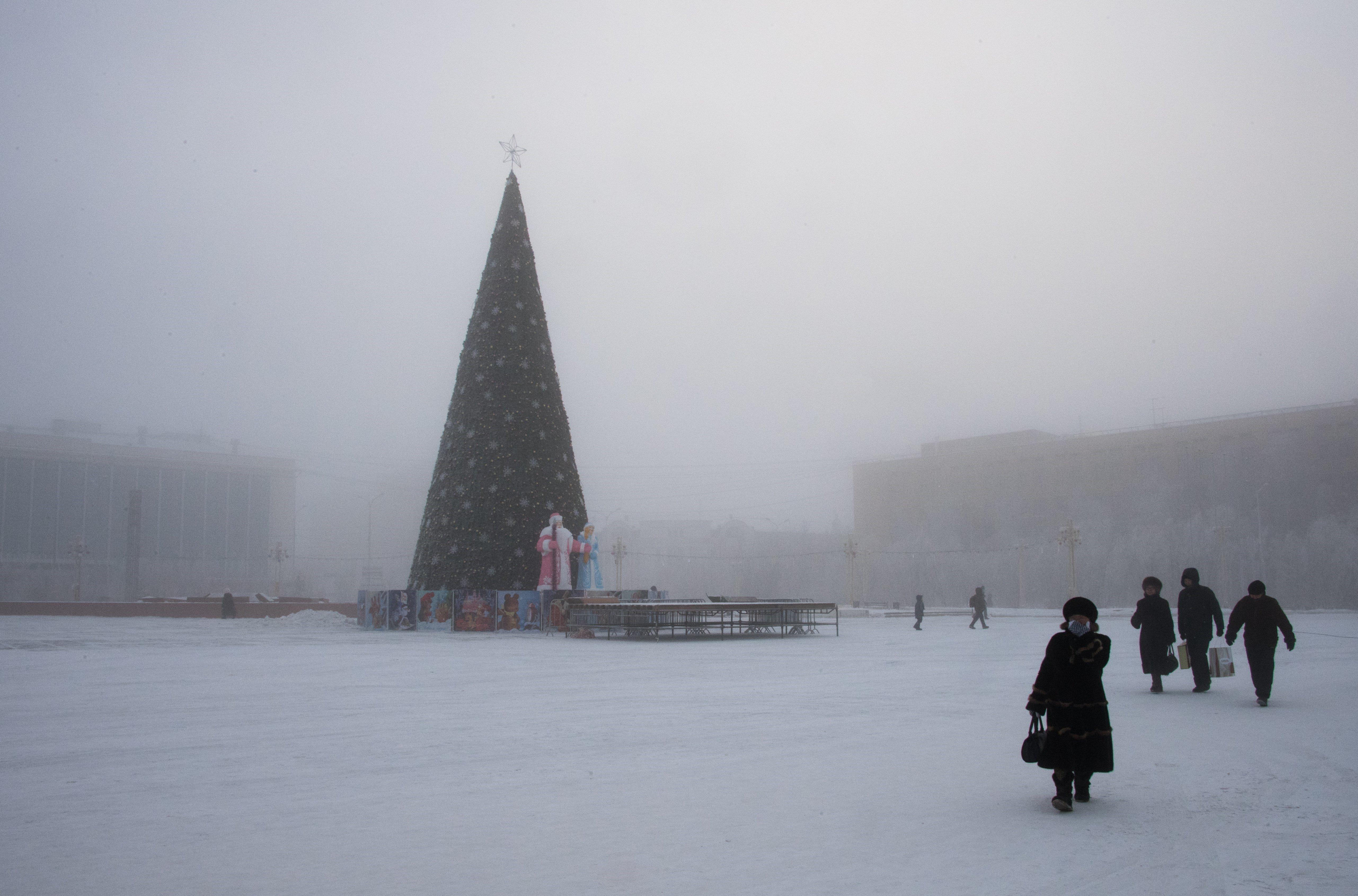 Árbol de Navidad en la plaza principal de la ciudad oriental de Siberia, Yakutsk