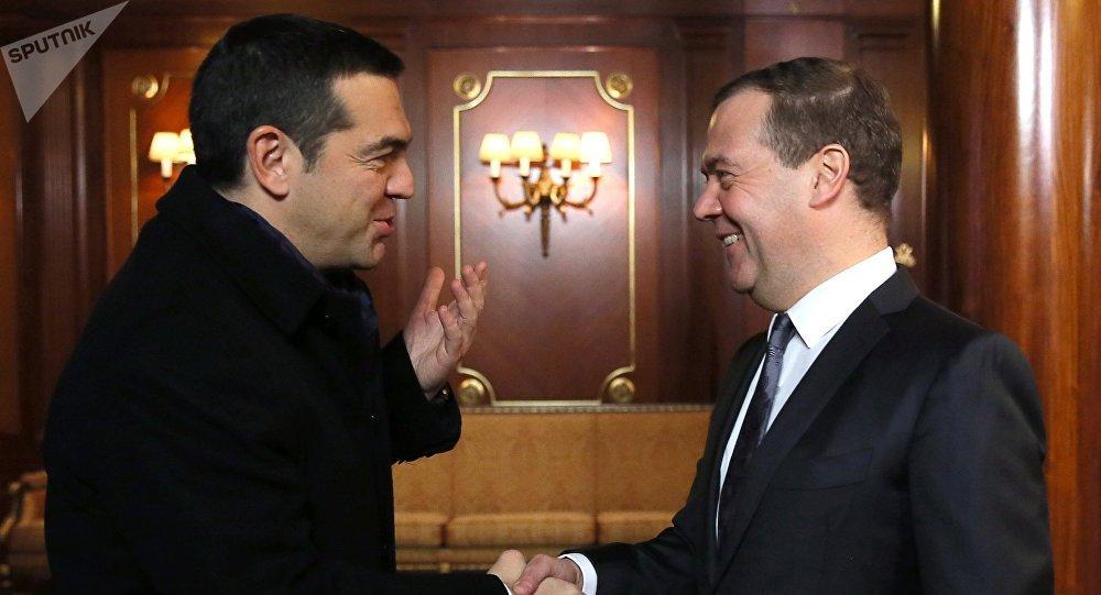 Alexis Tsipras, primer ministro de Grecia, y Dmitri Medvédev, primer ministro de Rusia
