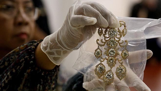 Un collar de la millonaria colección de joyas pertenecientes a Imelda Marcos e incautada por las autoridades filipinas en el marco de la investigación contra la ex primera dama.