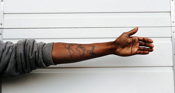 Mapa del mundo tatuado en brazo