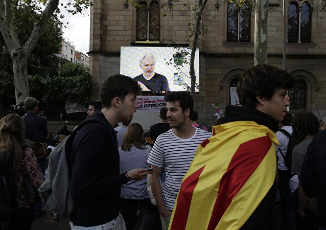 Julian Assange durante una videoconferencia en Barcelona (archivo)