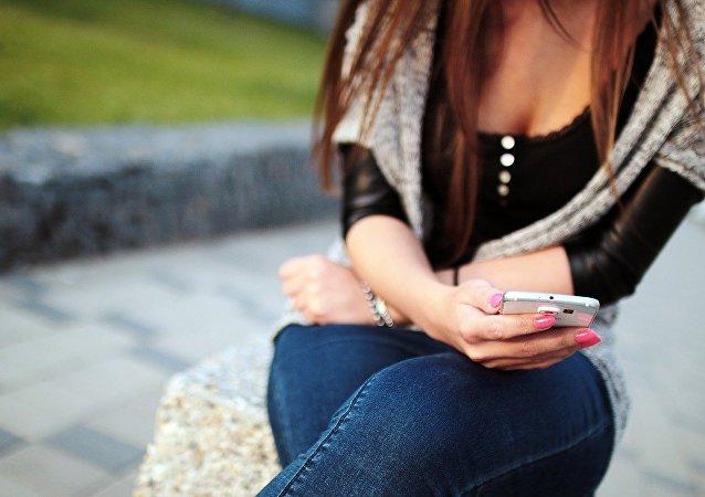 Una chica con su teléfono, referencial