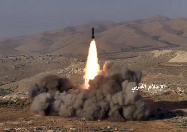 Los combatientes de Hizbulá lanzan un misil contra las posiciones de los terroristas vinculados con Al-Qaeda en la frontera siria-libanesa (archivo)