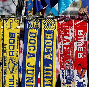Bufandas con los símbolos de los equipos finalistas de la Copa de los Libertadores