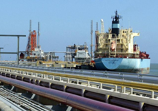 Un buque petrolero atracado en una de las refinerías de Venezuela (archivo)