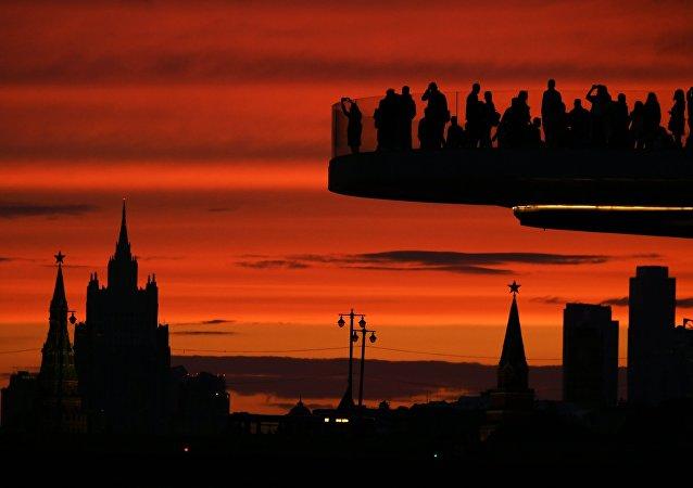 Turistas en el puente flotante del parque Zariadie, en Moscú