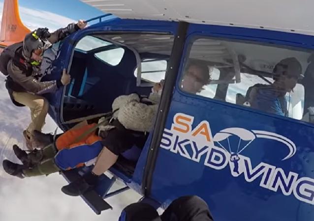 Una australiana de 102 años se lanza en paracaídas