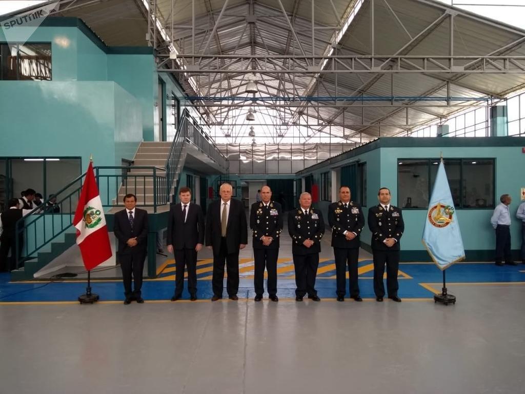 Extremo izquierdo: Augusto Tenorio, gerente general de Helicentro Perú; Andréi Boginsky, director general de Helicópteros de Rusia; el embajador ruso en Perú, Ígor Románchenko; el comandante general de la Fuerza Aérea de Perú, Rodolfo García  Esquerre; el segundo y tercer comandante, y Carlos Chávez, jefe del Servicio de mantenimiento de la Fuerza Aérea (SEMAN).