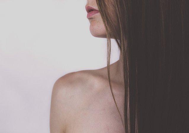 Una chica desnuda