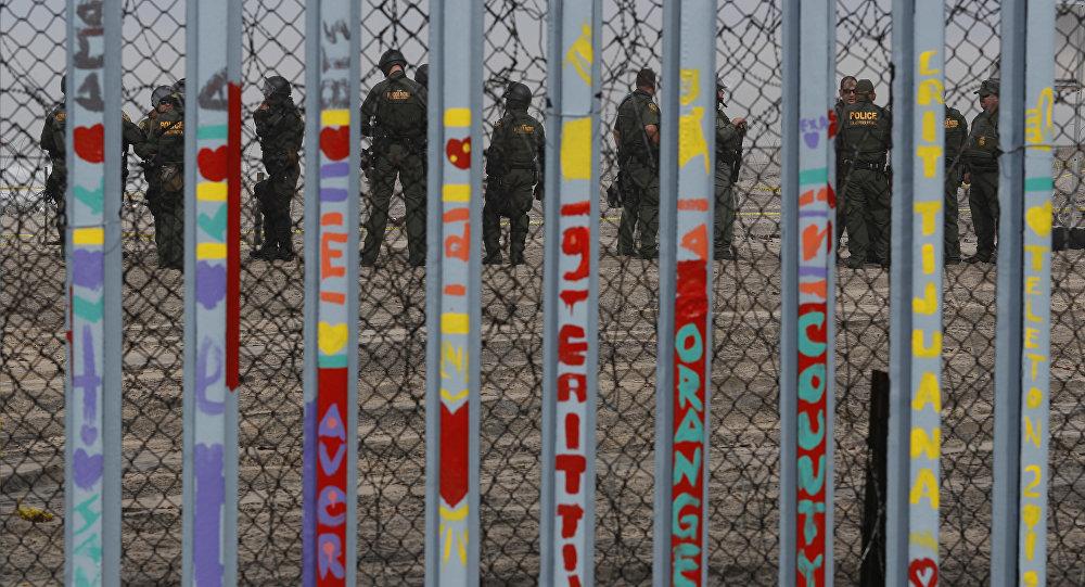 Policía de EEUU en la frontera con México