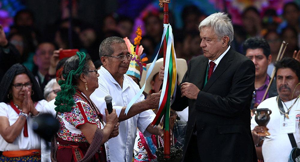 Andrés Manuel López Obrador recibe bastón de mando de pueblos indígenas de México