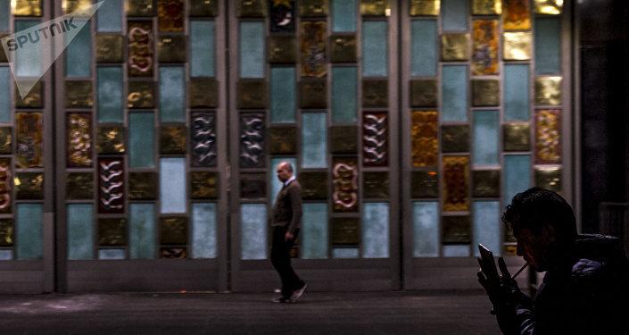 Dos hombres pasan frente a las puertas de la Basílica de Guadalupe