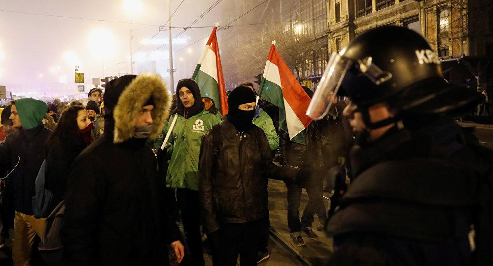 Siguen protestas por la reforma a ley laboral en Hungría