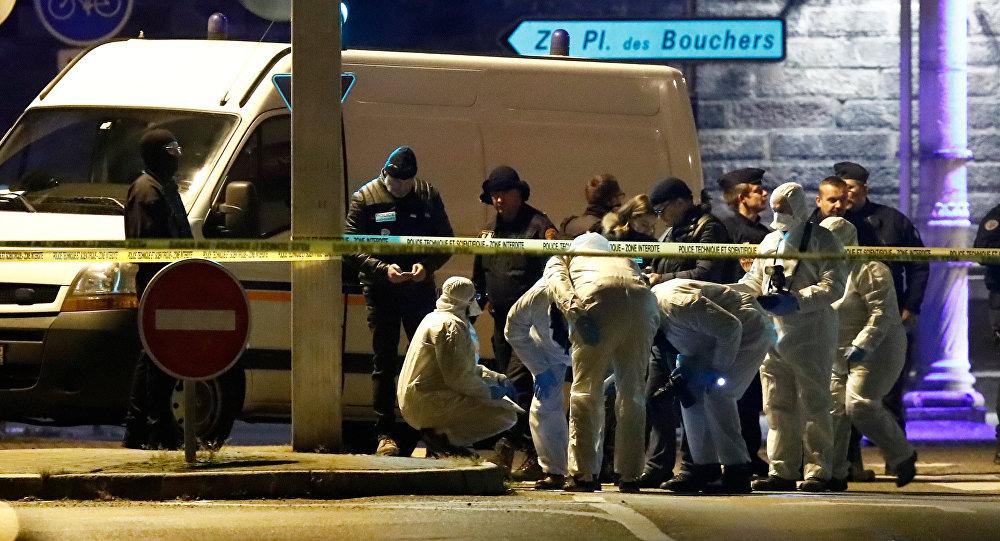 Los investigadores trabajan en la calle durante una operación policial durante la cual el presunto pistolero, Cherif Chekatt, quien mató a tres personas en un mercado navideño en Estrasburgo, fue asesinado