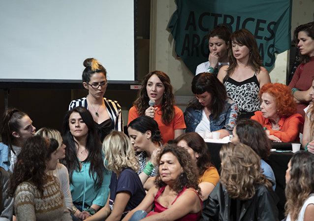 Thelma Fardin en conferencia de prensa, hablando sobre la denuncia por violación contra el actor Juan Darthés, acompañada de actrices argentinas.