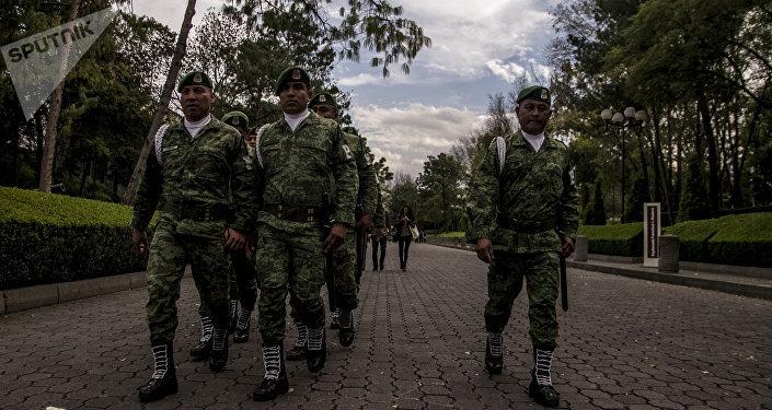 Militares marchan por Los Pinos