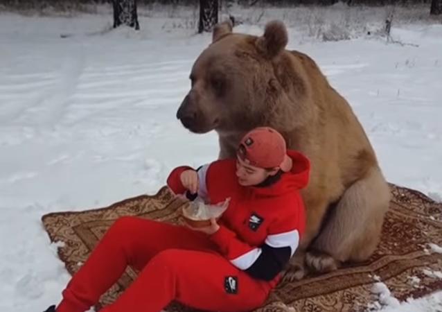 ¿Te atreves a compartir un picnic con un oso gigante?