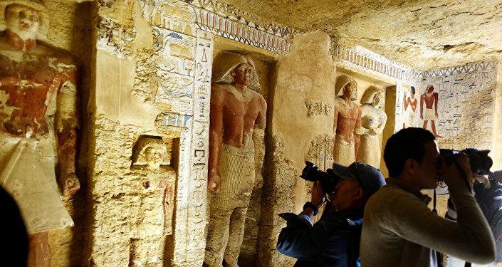 Hallan en Egipto una tumba de 4.400 años bien conservada y decorada con jeroglíficos y estatuas