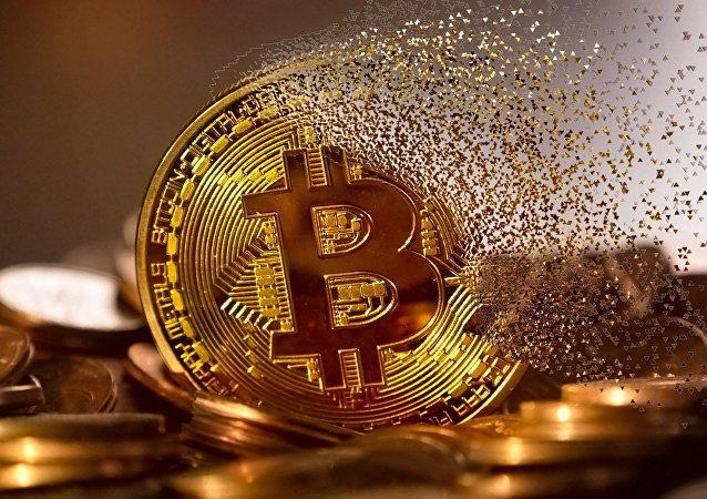 Un bitcoin haciéndose añicos (archivo)