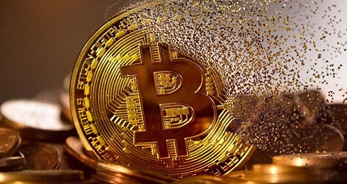 Un bitcoin haciéndose añicos