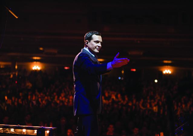 El cantante brasileño Daniel Boaventura en su concierto en el Teatro Metropólitan, en Ciudad de México