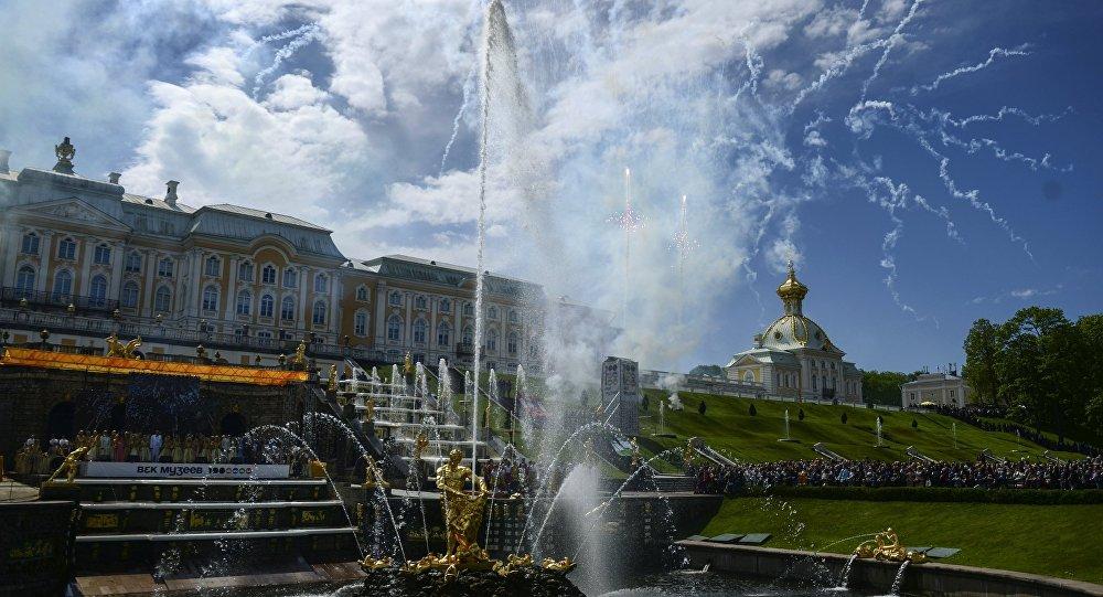 Fiesta primaveral de las fuentes en el museo-reserva Peterhof