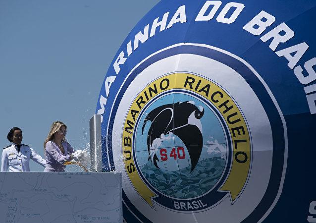 La primera dama de Brasil, Marcela Temer, rompe una botella de champán durante la ceremonia de inauguración del S-40 Riachuelo, el primer submarino construido en Brasil, el 14 de diciembre de 2018