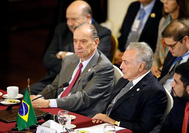 Michel Temer, presidente de Brasil (drcha)