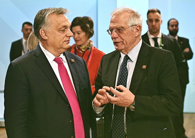 El primer ministro húngaro, Viktor Orban, y el ministro de Asuntos Exteriores español, Josep Borrell